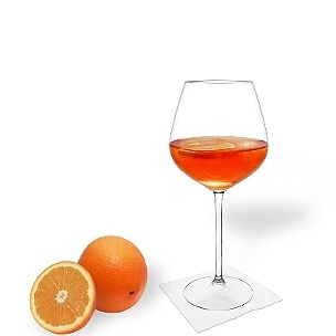 Aperol Spritz serviert man in Champagner- oder Weingläser mit einer Orangen-Scheibe.