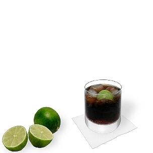 Am besten eignen sich alle Arten von Tumbler-Gläser, kleinere Longdrink-Gläser sind die nächst beste Alternative für Cuba Libre.