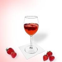 Erdbeerbowle im Weinglas.
