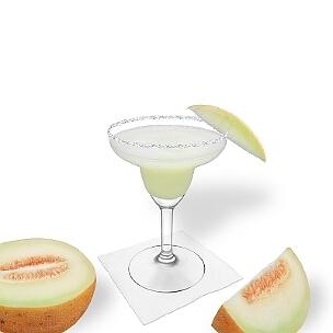 Frozen Melon Margarita im Margarita-Glas dekoriert mit einem Stück Melone und Zucker- oder Salzrand. Klassiker!