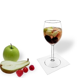 Früchtebowle im Weinglas, die übliche Art diesen leckeren Party-Drink zu servieren.
