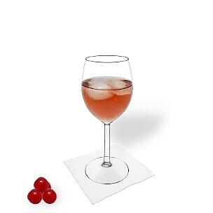 Kir im Rotweinglas, die übliche Art diesen leckeren Cocktail zu servieren.