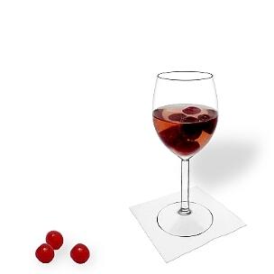 Kirschenbowle im Weinglas, die übliche Art diesen leckeren Party-Drink zu servieren.