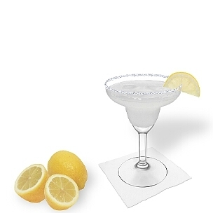 Margarita im Margarita-Glas dekoriert mit einem Stück Zitrone und Zucker- oder Salzrand. Die klassische Art diesen leckeren Tequila-Cocktail zu servieren.
