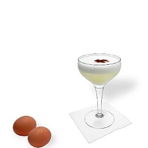 Pisco Sour ist ein Cocktail mit einem rohen Ei und Pisco.