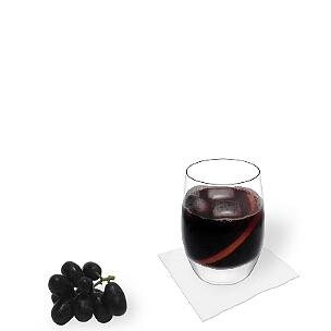 Tumbler oder Weingläser sind am besten für Rotwein-Cola geeignet.