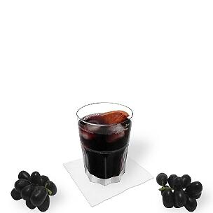 Rotwein Cola im Tumblerglas, die übliche Art dieses leckere Weingetränk aus Spanien zu servieren.