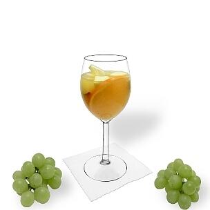 Sangria Blanca ist Weißwein oder Champagner und Orangensaft mit in Alkohol eingelegten Früchten.