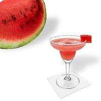 Watermelon Margarita im Margaritaglas mit Wassermelonen und Zucker- oder Salzrand.