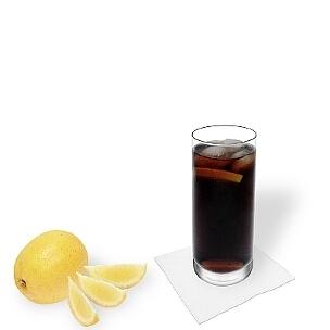 Whisky-Cola im Longdrinkglas, eine gute Option diesen leckeren Drink zu präsentieren.
